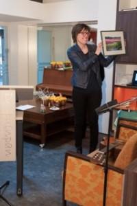 Wethouder Sikkema ontvangt een ingelijste foto van het Westelijk Tuinbouwgebied voor in haar werkkamer.