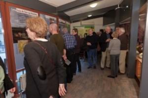 Bezoekers bekijken de tentoonstelling 'Lang leve de tuin van Haarlem' in woonzorgcentrum de Blinkert